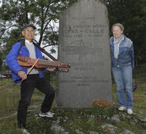 Massa Noguchi och Anne de Boussard vid minnesstenen över Byss-Calle.