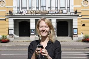 Utanför vandringens första stopp - Gävle Teater. Men den som vill kan starta sin vandring där den behagar och sedan följa kartan.
