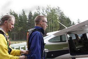 Sven Pettersson kollar så att selen sitter som den ska innan avfärd.