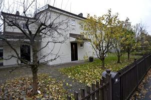 Numera är Slussgatan 13 A ett enfamiljshus. Ut mot gatan är fönstren små på, inåt gården större.