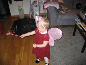 Vårt barnbarn Astrid är vår ängel. Och under julaftonen visade hon hur en riktig ängel kan trolla med sitt spö. Gissa om vi alla i familjen tyckte att hon var söt! Astrid bor i Stockholm men var i Västerås på julaftonen. Där den riktiga jultomten bor.