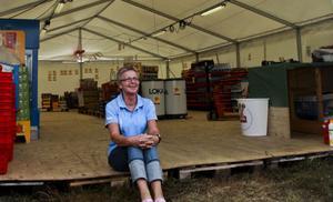 Ann-Kristin Person inväntar kunderna i Minlivs som byggts upp på Moheds camping.