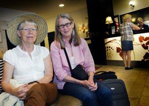 """Gillar trädgårdarna. Stockholmarna Ulla Bonnevier, 69 och Annika Edin, 67 är på väg till Wij Trädgårdar i Ockelbo och har sovit över i Gävle. """"Jag och min man har varit här förut och tycker att Gävle är en väldigt vacker stad med både gamla och nya byggnader och breda gator"""", säger Annika Edin. """"Planteringarna här är jättefina, det måste vara en väldigt bra stadsträdgårdsmästare här"""", säger Ulla Bonnevier."""
