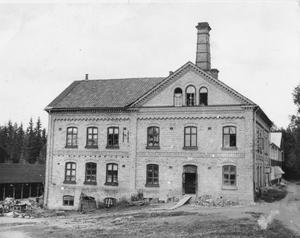 1895 brann den gamla keramikfabriken ned i Nittsjö. Efter det byggdes den nya fabriken upp ett 50-tal meter bort från den gamla. Bilden på den nuvarande fabriksbyggnaden är tagen i slutet av 1930-talet eller i början på 1940-talet.