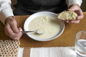 viktigt jobb. Att till exempel få hjälp med varm mat betyder mycket. Men vikarierna borde få mer introduktion, anser insändarskribenten.Arkivfoto: Fredrik Sandberg /TT