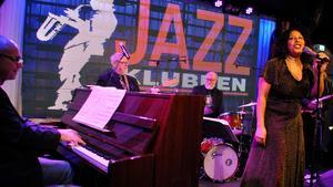 Elisabeth Kontomanou med delar av bandet på Jazzklubben