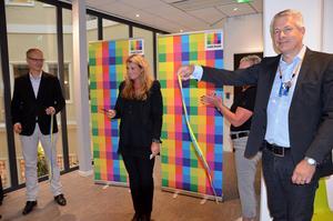 Assisterad av vd:n Anders Nilsson och Krister Tånneryd, drift- och kundservicechef, invigde kundservicechef Linda Paulsson Com Hems nya lokaler.
