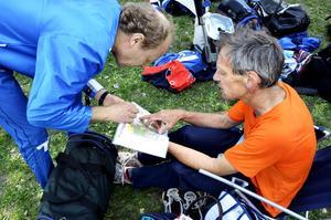 Vägval. Torbjörn Karlsson och Hans Egefalk diskuterar vägval och misstag efter genomförd tävling.
