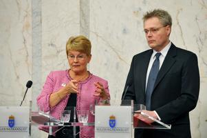 Näringsminister Maud Olofsson bekräftar att Spyker köper Saab av GM,på en presskonferens på  Rosenbad. Till höger statssekreterare Jöran Hägglund.