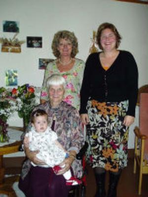 I samband med Selma Bylunds 85-årsdag samlades fyra generationer. Mormors mor Selma Bylund Timrå, med Elsa Vähäsalo, Fagervik, i famnen, mormor Ann-Marie Wälikangas, Sundsvall, och mamma Emma Pettersson Fagervik. Foto: Hans Vähäsalo