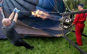 Passagerarna fick hjälpa till att få upp ballongen.