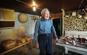 Högåkers Gunnar hade dukat upp olika grejer han och Erik Westberg snidat.