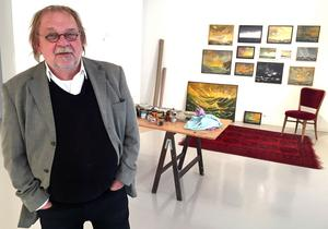 Johnny Molton har ordnat med en egen liten arbetsplats i galleriet så att han kan fortsätta arbeta samtidigt som han är värd för sin utställning.