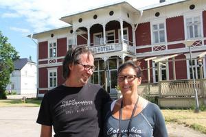 Karin och Jörgen Löfkvist, 56 och 60 år gamla , har lämnat Uppsala för Bergsjö. Tagit tjänstledigt från sina trygga anställningar för att gå in en  ny tillvaro som egna företagare. De hamnar närmare sin hembygd , Örnsköldsvik respektive Matfors.