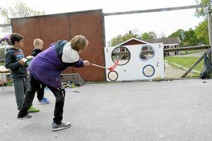 Erik Bäckman, årskurs 5, provade sin lycka med innebandyklubban, en påse kolor resulterade det i.