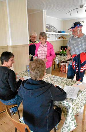 Deltog i bingon. Bengt och Annika Johansson samt Bertil Gustafsson köper brickor av Kerstin Larsson och Ann-Christin Larsson under gårdagens hälsobingo i Finnåker.