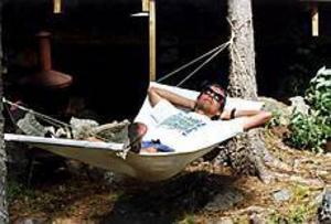 Foto: Anders Wiklund/Scanpix Avstressad. En ensam man ligger i en hängmatta och solar. Inte särskilt stressande när man själv har valt att vila
