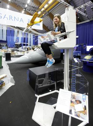 Arbetarbladets prao-elev Johanna Vanberg tar en tur i rymdmoppen, också en del i Sandviks framtidsutställning.