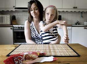 Vill varna. Isabellas mamma Kristina Viklund vill varna andra för colaglassen vars behållare är en plastflaska man kan skada sig på. Isabellas tungband gick av då hon åt glassen. Foto:Stina Rapp