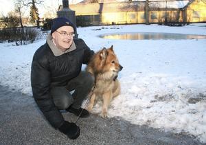 Hans Nielsen ger frihetsälskande eurasiern Zeb en paus från folk och bilar i Arboga centrum.