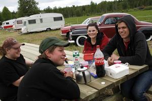 Frukost utomhus blev det för Bergsjögänget Johanna Christiansson, Christoffer Nilsson, Carolin Berglöf och Kristoffer Svensson.