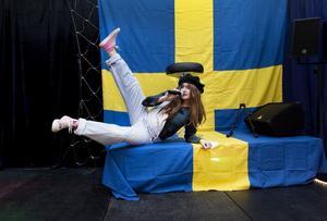 """Det blir svenskt tema på årets """"night show"""" i Torsåkers bygdegård. Jessica Thelin spexar loss när hon sjunger Nationalteaterns """"Kolla kolla"""". Ensemblen övar nu tillsammans varje söndag, och har nästan sålt slut på biljetterna."""