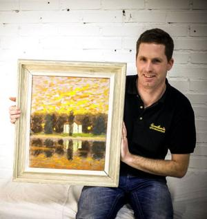 Ronny Hopstadius med en tavla av den kände konstnären Stellan Mörner.