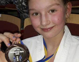 En trött men stolt Nora Holmqvist med sin välförtjänta bronsmedalj.