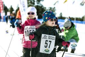 Kritvita spår och solsken bidrog till bra stämning på Barnens Skidspel under lördagen. Tre-åringarna Maya Widin och Natalie Sundin trivdes i solen.
