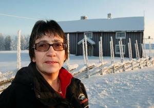 Här i Marby gammelgård har Eva Swedin sitt sommarkafé, som är öppet 60 dagar varje sommar. Vinsten brukar bli cirka 15 000 kronor varje säsong. Det är samma summa som det nya kassaregistret kostar. Foto: Jan Andersson
