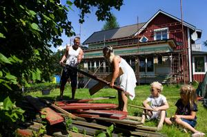 Någon semester blir det inte för familjen som har en hel del att ta reda på i samband med ombyggnationen.