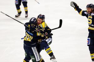 Segermålet. Petter Lindberg kramas om sedan han gjort segermålet i playoff-matchen mot Piteå den 27 februari.