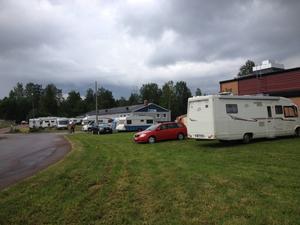 Folk campar överallt kring Orrskogen.
