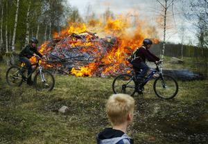 Utmanare. Några pojkar cyklade runt elden.