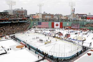 NHL spelar på mindre rink. Här en bild från Winter Classics-mötet mellan Philadelphia och Boston år 2010.
