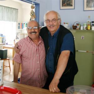 """Trivs på arbetet. Zahir Abidi, arbetande i caféet, tillsammans med föreståndaren Anders Olofsson, trivs på sina arbeten. """"Man är en del"""", menar Anders Olofsson."""