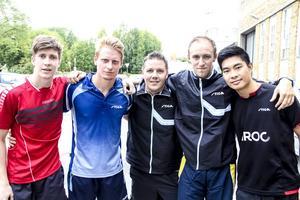 Anders Eriksson, Hampus Nordberg, Peter Blomquist, Viktor Brodd och Anthony Tran är redo för kvällens pingispremiär.