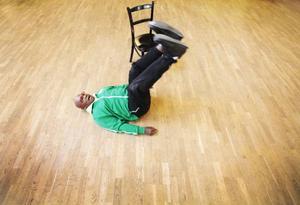 Sydney Onaeymi visade enkla träningsövningar för seniorer. Lyfta benen kan du till exempel göra när du ligger i sängen.