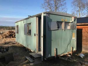 På gården finns den barack där Emil Pettersson hittades död i början av 2017. I den intilliggande huvudbyggnaden dog 17-åringen.