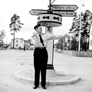 Polisman Modig dirigerar trafiken vid