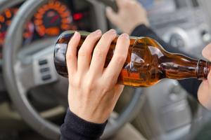 En alkoholkoncentration på 2 promille innebär att en normaltålig person har svårt att gå upprätt och ser dubbelt. Bilden är en genrebild.