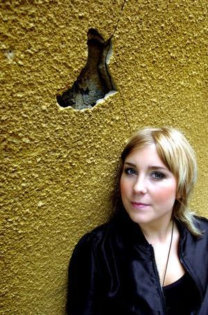 2004 spelar bandet LiviaGray på hemmaplan i Borlänge. Linda Carlsson är sångerska i bandet.- Man blir aldrig profet i sin egen hemstad, säger hon till tidningen.