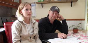 Sarah Rothoff och Kaj Koponen kan inte tolka Ljusdals kommuns papper inför förskoleklassstarten på annat sätt än de tidigare gjort. Att hans dotter kan välja av Ljusdals grundskolor och få skolskjuts även dit.