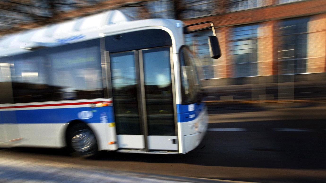 Buss korde in i villatradgard