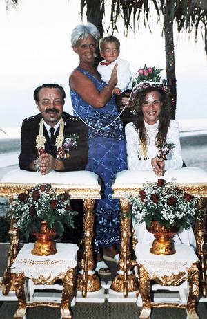 På juldagen gifte sig Sara och Christer Adamsson på stranden i Khao Lak. Med sig hade de Saras mamma Marianne Tivemark och sonen Johannes. Dagen efter kom flodvågen.