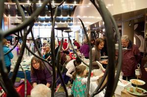 Julmarknaden i Storsjöteaterns foajé lockade många, och utbudet var stort. Man kunde handla det mesta i slöjdväg, allt från sopborstar till barnkläder.