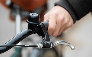 Vi hör tyvärr dåligt så vi uppmärksammar inte riktigt alla cyklister som svischar förbi, skriver debattören.