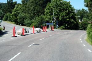 En trafikdelare gör korsningen Vivstavägen — Järnvägsgatan säkrare i och med att bilar som ska svänga vänster måste köra långt fram så att sikten blir fri över backkrönet.