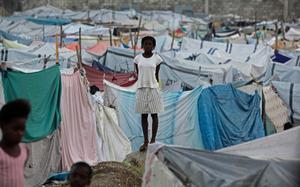 Tältstaden breder ut sig i Haitis huvudstad Port-au-Prince. Flera hundratusen människor har börjat återvända till huvudstaden efter skalvet. De flesta har inte längre någon bostad att komma hem till.  Haiti.