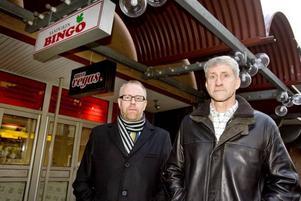 BEHÖVER HJÄLP. Per Sjöberg och Lennart Berglund vid polisen                  i Sandviken utreder rånet mot bingohallen på Köpmangatan. Men trots ett hundratal förhör finns ännu inga misstänkta.